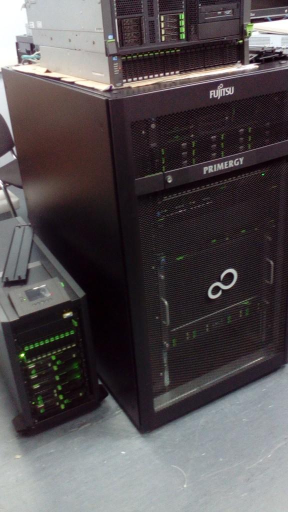 Общий вид стойки Fujitsu Primecenter Rack 24U, так же слева от неё можно наблюдать наш маленький блейд-сервер на 8 блейд-лезвий – Fujitsu Primergy Blade BX400, о котором я так же постараюсь в ближайшее время вам рассказать.