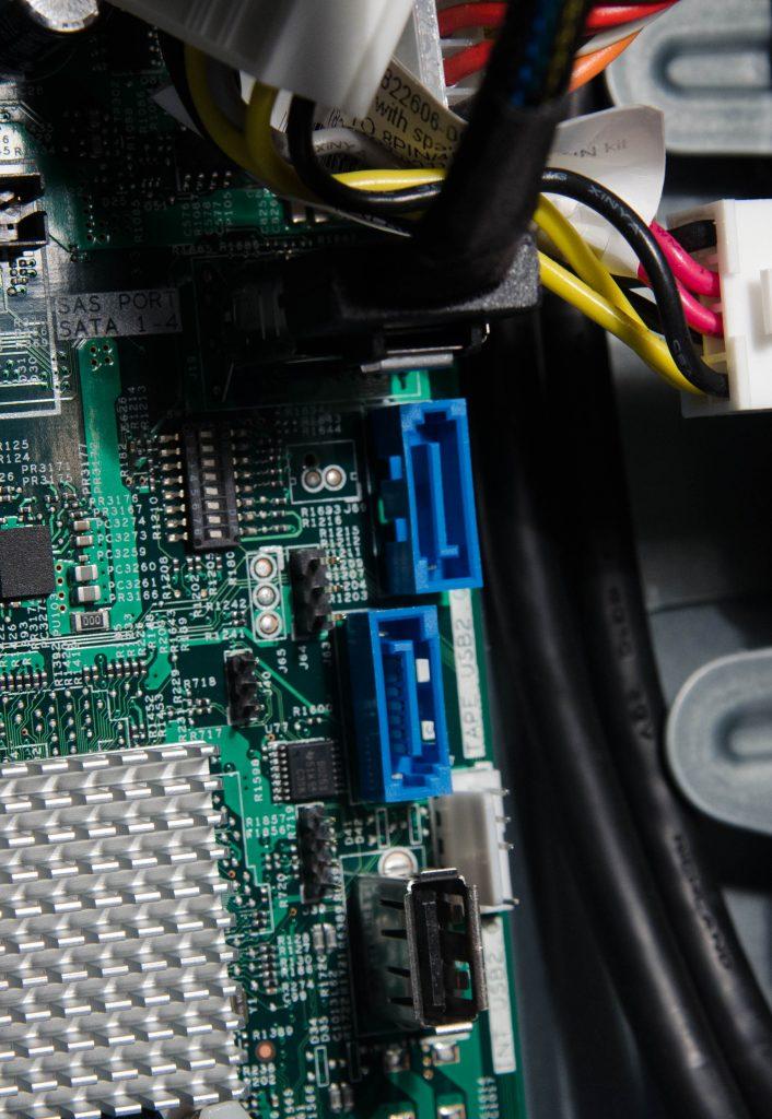 Пара свободных SATA разъёмов для подключения приводов или дополнительных дисков.