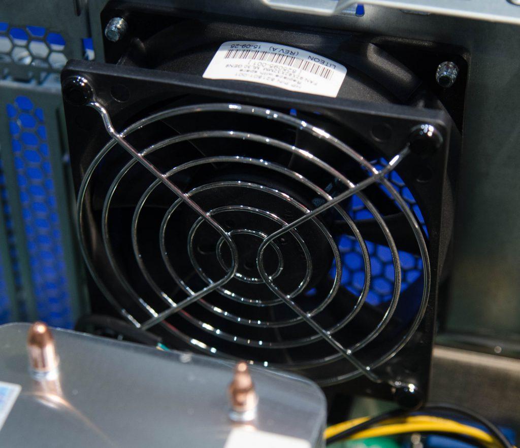 Единственный кулер в системе (помимо кулеров в блоках питания), который и отвечает за охлаждение и отвод тепла из корпуса.