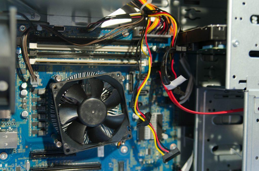 Обычный боксовый Intel-кулер, SATA диск, 4 слота под память.